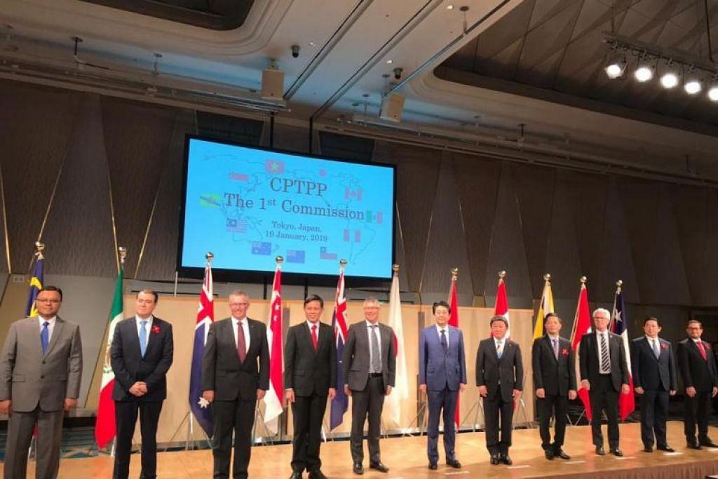 Menteri dan pegawai kanan dari 11 negara yang terbliat dalam CPTPP bergambar di akhir mesyuarat di Tokyo.