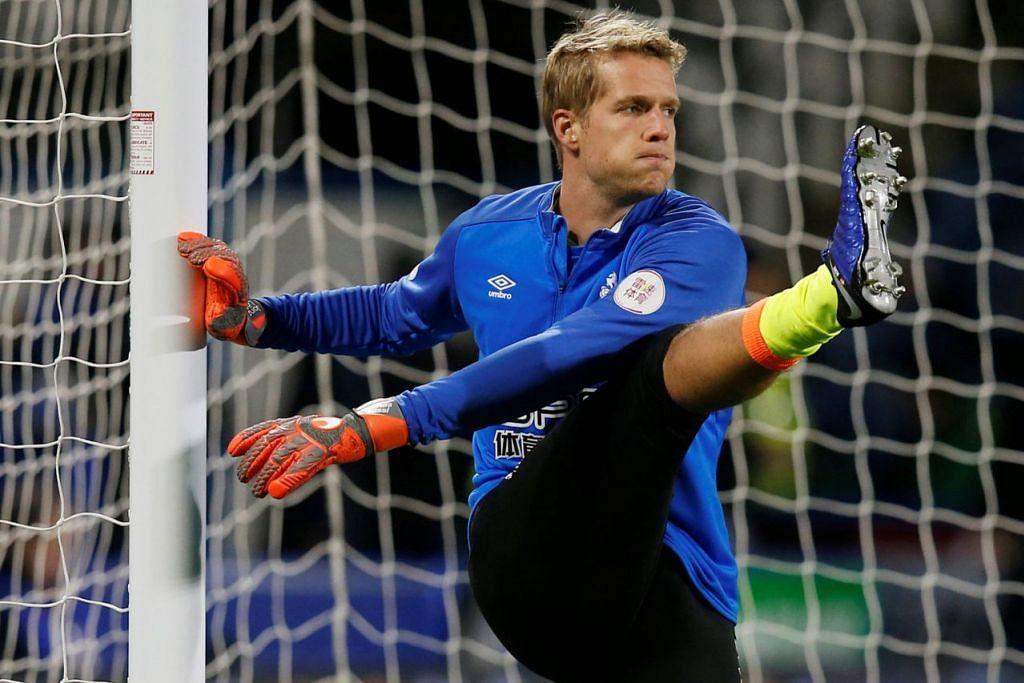 PERLU CEKAP: Penjaga gawang Huddersfield Jonas Lossl perlu beraksi cemerlang dan tidak melakukan kesilapan jika ingin membantu pasukannya mencuri mata dari perlawanan dengan Manchester City. – Foto REUTERS