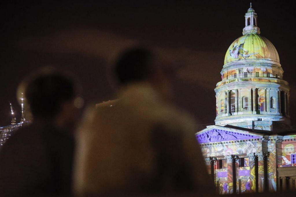 WARNA WARNI: Pesta Light to Night akan diadakan di Marina Bay, Daerah Sivik dan Sungai Singapura bagi mencerminkan sejarah 700 tahun Singapura melalui kisah-kisah yang berkaitkan dengan kawasan Daerah Sivik. - Foto EPA-EFE