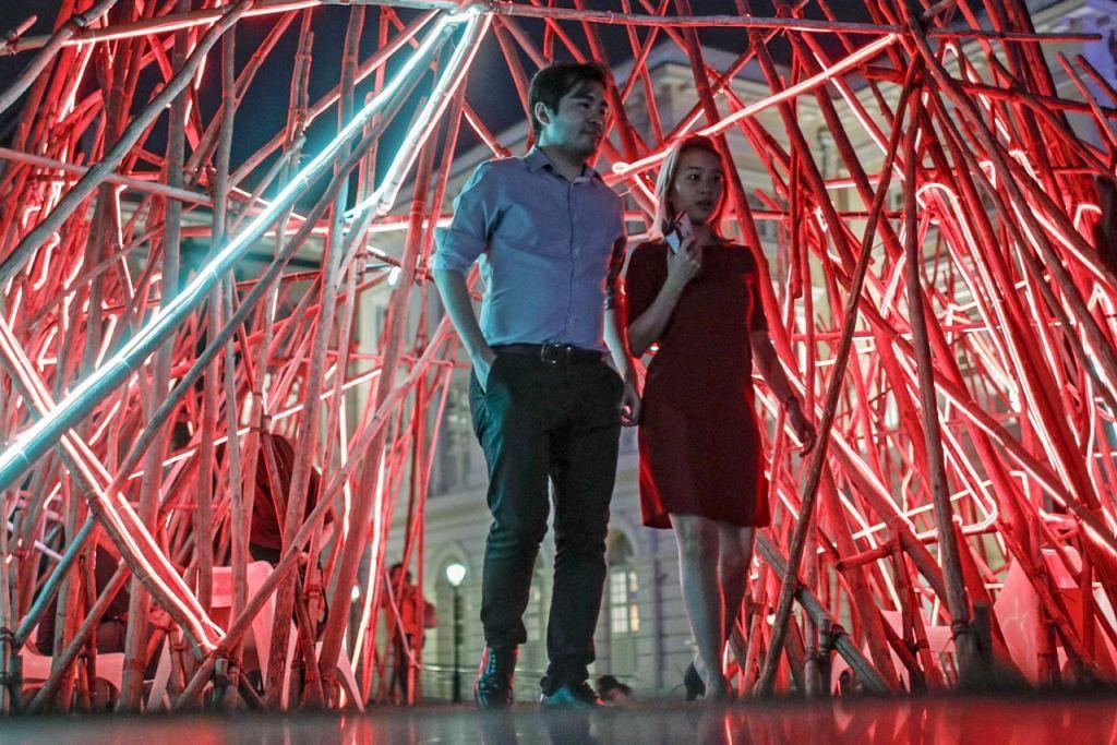 CAHAYAKAN SEJARAH SINGAPURA: Pesta Light to Night adalah antara acara yang akan memulakan sambutan Bicentennial Singapura, pada 28 Januari ini.  - Foto EPA-EFE