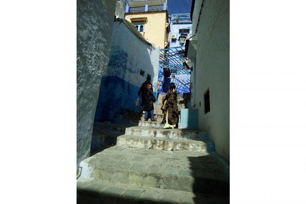 TANGGA DI SANA-SINI: Kebanyakan bangunan di Chefchaouen, Maghribi, dibina di lereng-lerang bukit di kawasan petempatan yang dikenali sebagai medina. - Foto BH oleh SAINI SALLEH
