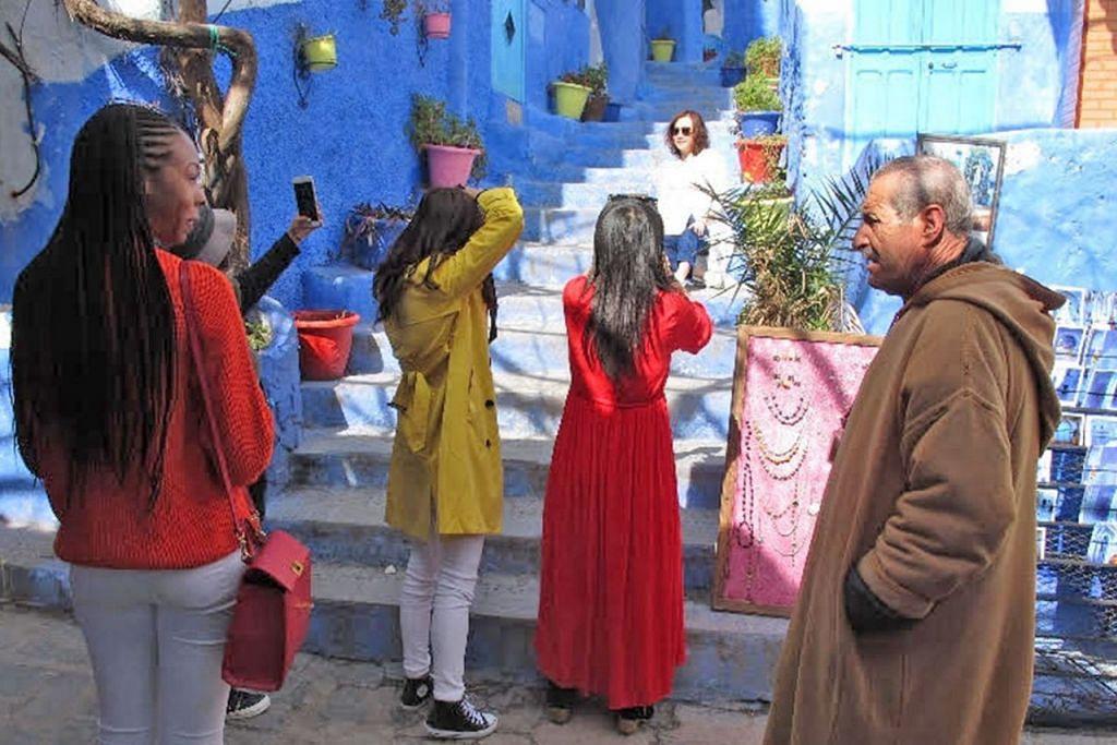 TARIKAN PELANCONG: Para pelancong ghairah merakam keunikan bangunan-bangunan berwarna biru di Chefchaouen, Maghribi.  - Foto BH oleh SAINI SALLEH