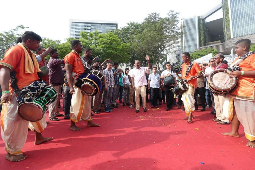 MERIAH SAMBUT THAIPUSAM: Encik Shanmugam (tengah) bertemu dengan ahli muzik daripada kumpulan Siva Mayam Urumi Melam di salah satu tapak muzik secara langsung di Bras Basah Road dekat Sekolah Seni Singapura (Sota). - Foto BH oleh TIMOTHY DAVID