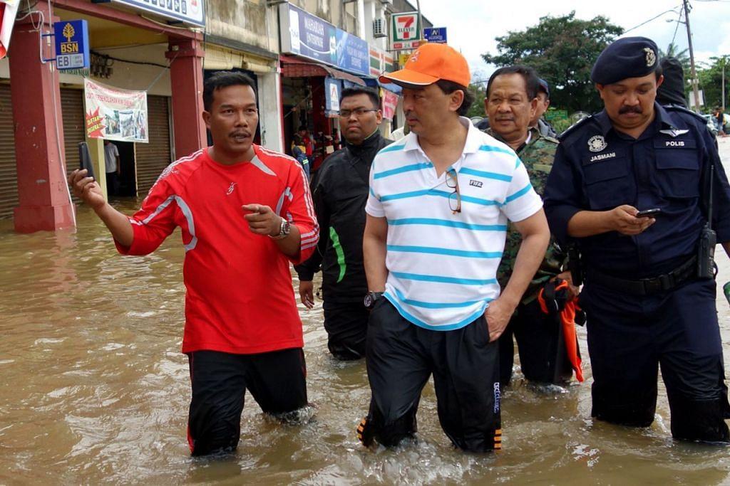 AMBIL BERAT: Sultan Abdullah (tengah), yang ketika itu Tengku Mahkota, melawat mangsa banjir pada 2013. Beliau digambarkan mengambil berat nasib rakyat yang ditimpa bencana.