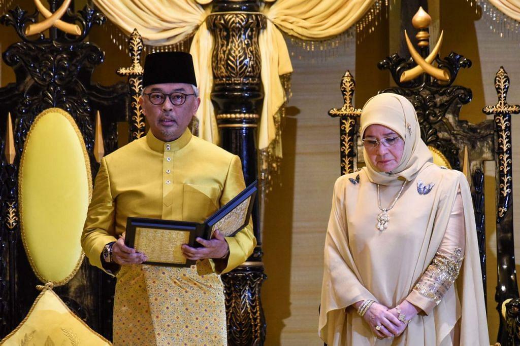 BAKAL AGONG?: Sultan Abdullah melafazkan Titah Ikrar sebagai Sultan Pahang keenam dengan disaksikan isterinya, Tunku Azizah Aminah Maimunah Iskandariah, pada 15 Januari lalu. Pengisytiharan sebagai sultan membuka jalan bagi beliau dipilih sebagai Yang di-Pertuan Agong ke-16. - Foto AFP