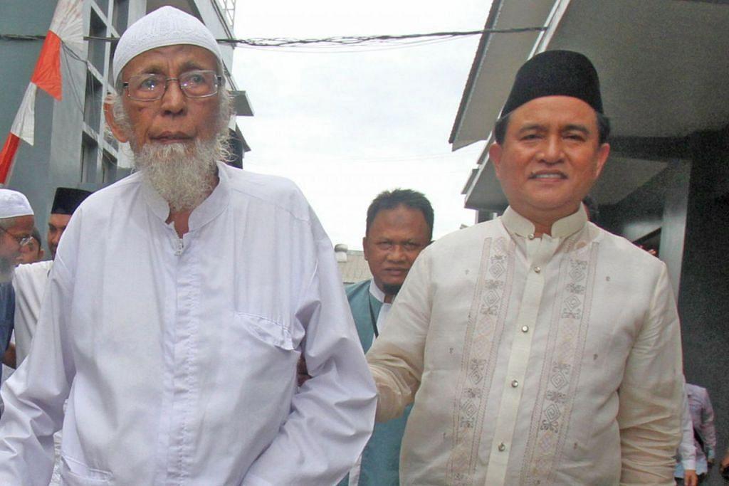 KESIHATAN DIKATAKAN MEROSOT: Abu Bakar Bashir (kiri) dilawat Encik Yusril Ihza Mahendra (kanan) yang merupakan peguam Presiden Jokowi di penjara Gunung Sindur, di Bogor, Indonesia, pada Jumaat lalu. - Foto REUTERS