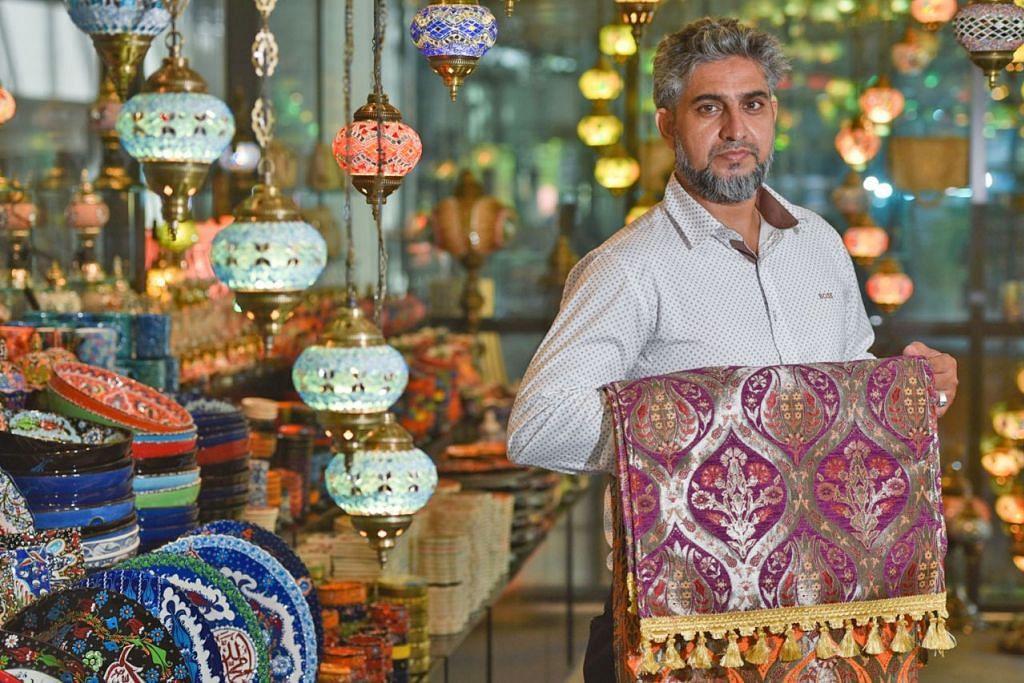 DIILHAMKAN DI TURKEY: Barangan yang dijual di kedai Encik Arif (kiri), Turkish Handicraft & Carpets, memberi pelanggan pelbagai pilihan dari lampu hingga hiasan rumah. - Foto BH oleh JASMINE CHOONG