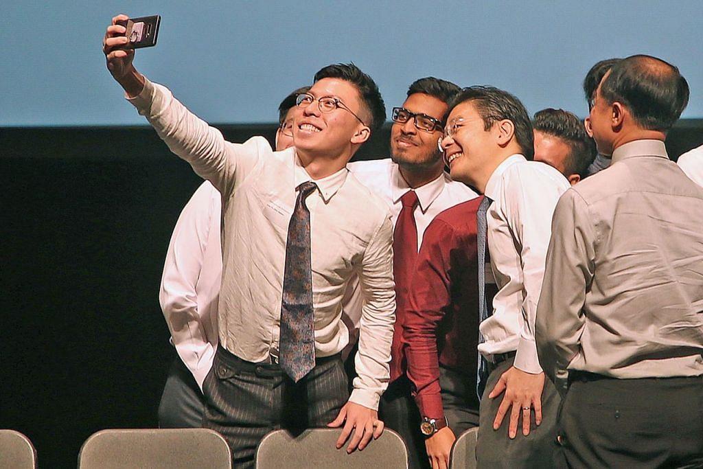 BAKAL KARYAWAN SEKTOR BINAAN: Encik Lawrence Wong (dua dari kanan) bergambar dengan penerima biasiswa dan tajaan iBuildSG di NUS semalam. - Foto ZAOBAO