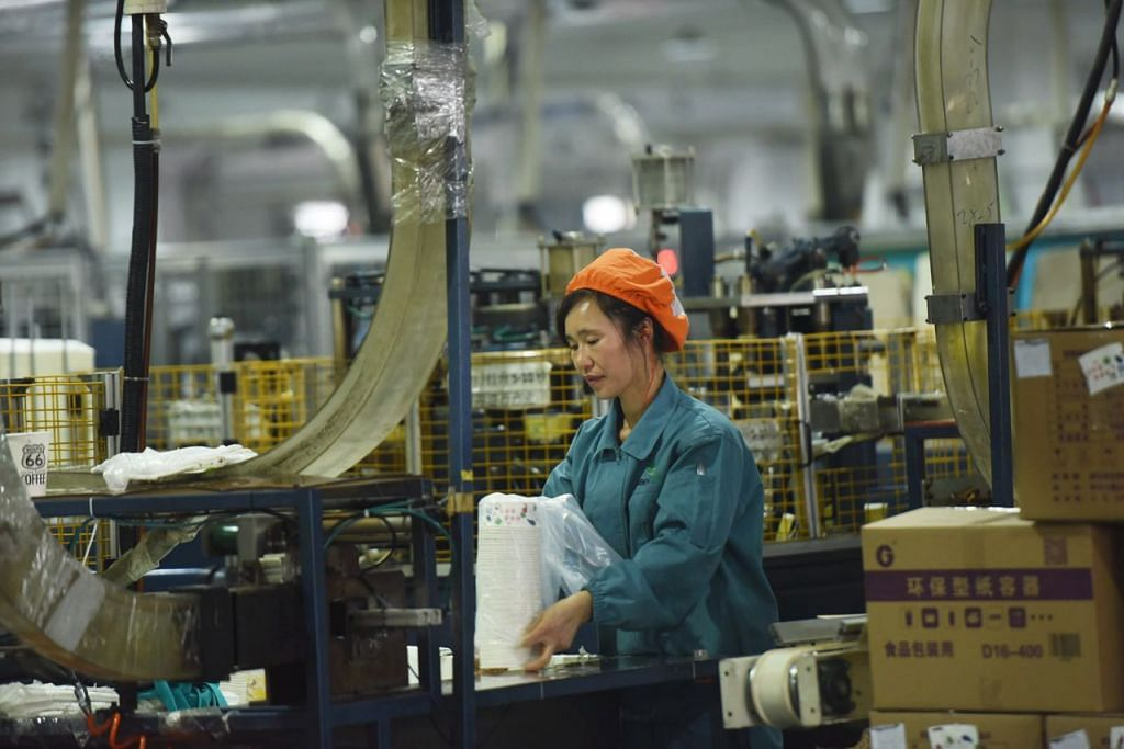 PERTUMBUHAN SEMAKIN PUDAR: Beberapa faktor termasuk ketegangan hubungan dagangan menyebabkan ekonomi China tumbuh lebih perlahan - turun kepada 6.6 peratus tahun lalu berbanding 6.8 peratus pada 2017. - Foto EPA-EFE