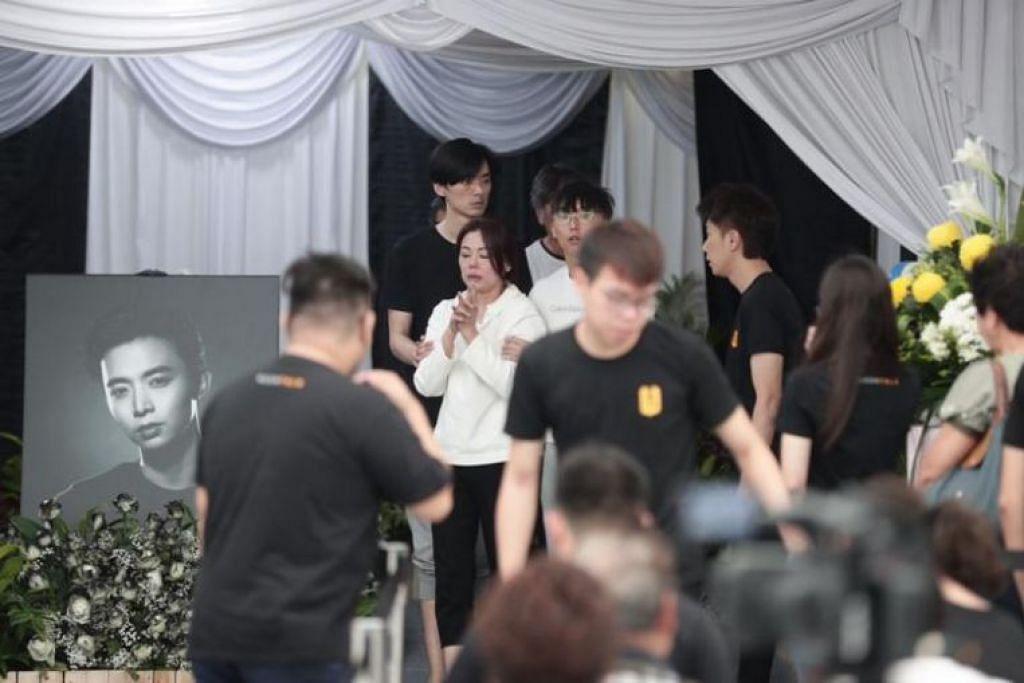 Ibu mendiang pelakon Aloysius Pang (berbaju putih) berada di upacara penghormatan terakhir di MacPherson hari ini (27 Jan).