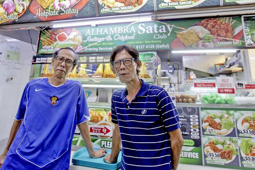 SATE LARIS: Pemilik gerai Alhambra Satay Club, Encik Palil Juwahir (kanan), menerima banyak tempahan sate daripada pelanggannya sempena Tahun Baru Cina ini. Bersamanya ialah abang beliau, Encik Roslan. - Foto BM oleh IQBAL FAIZAL