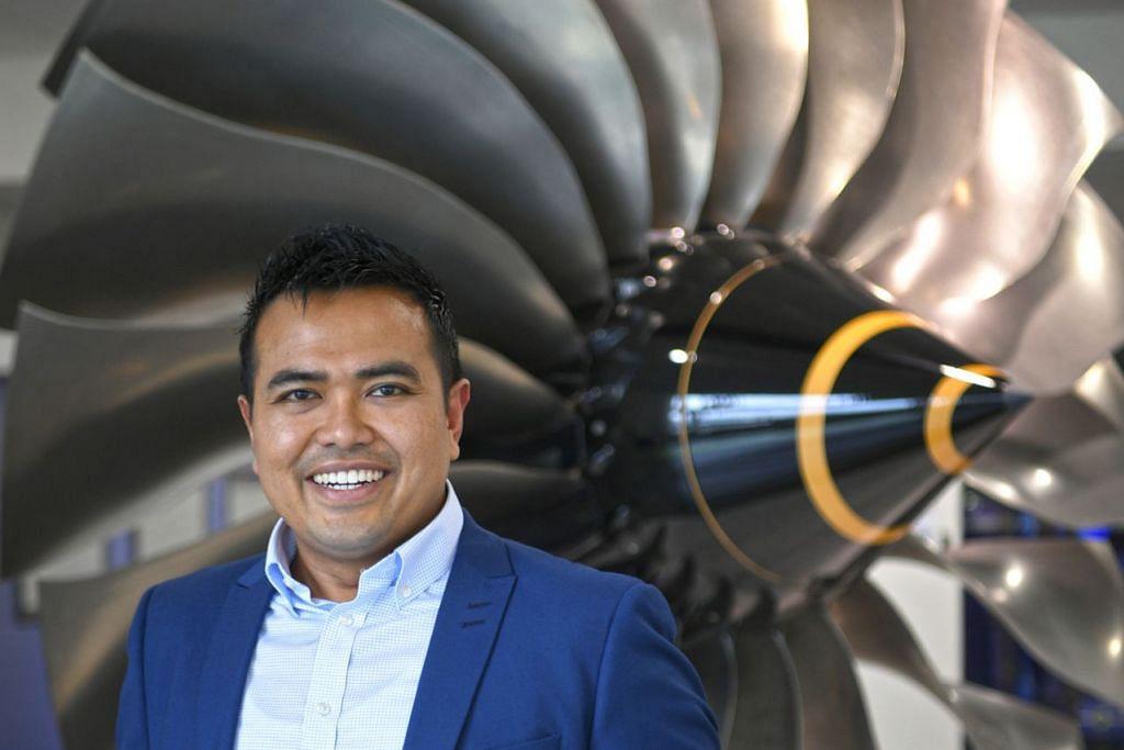 LUASKAN PILIHAN KERJAYA: Encik Sharael yang mula menceburi bidang kejuruteraan dengan mereka bentuk enjin kereta lumba, pernah bertugas di syarikat perkapalan dan kini menggendalikan enjin jet. - Foto BM oleh MARK CHEONG