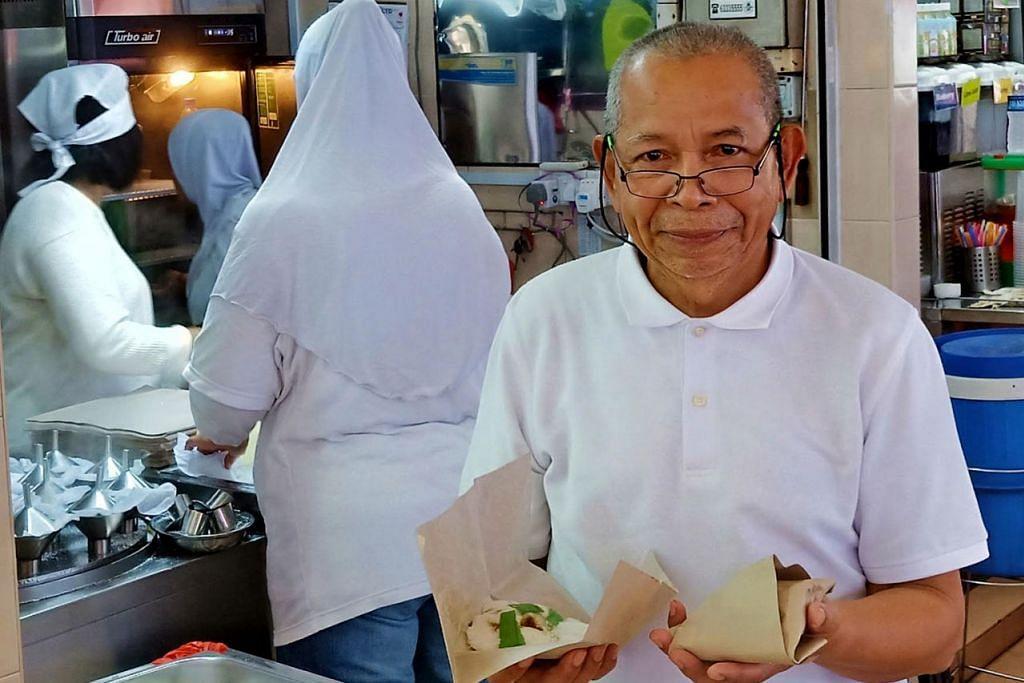 REZEKI DATANG MELIMPAH: Encik Mohamad Hashim Jumaa menerima banyak tempahan bagi putu piringnya daripada masyarakat Cina yang semakin gemar akan kuih tradisional Melayu ini. - Foto BM oleh SAINI SALLEH