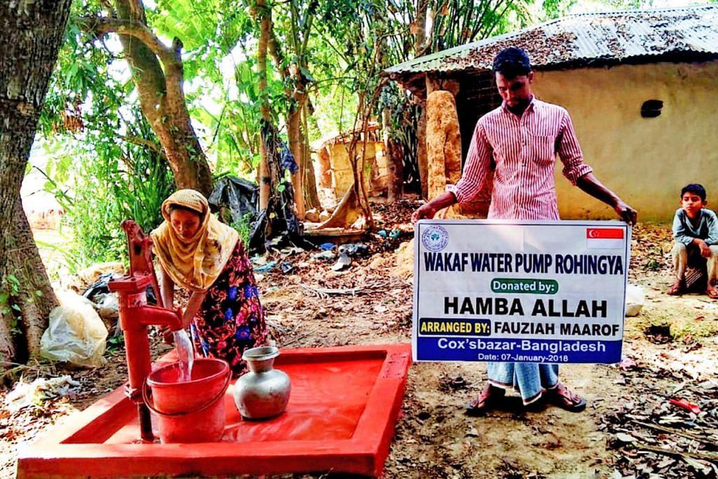 GEMBIRA DAPAT BEKALAN AIR BERSIH: Pam air yang telah siap dipasang di kem pelarian Rohingya di Cox's Bazar Bangladesh ini merupakan hasil sumbangan seorang warga Singapura menerusi Cik Fauziah Ma'arof. - Foto FAUZIAH MA'AROF