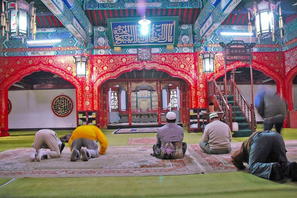MASJID MADIAN: Ruang solat utama Masjid Madian, peninggalan Dinasti Qing. - Foto SAHARI SARIMAN