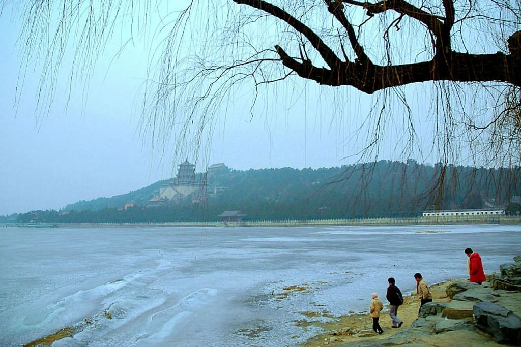 TASIK KUNMING: Musim terlalu sejuk menjadikan tasik yang indah yang terletak di Summer Palace di Beijing menjadi seperti satu lapangan air batu. - Foto SAHARI SARIMAN