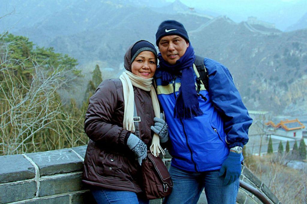 INGIN KEMBALI: Penulis bersama isteri, Cik Hamimah Lazim, bergambar berlatar belakangkan kawasan pergunungan dan Tembok Besar China. - Foto SAHARI SARIMAN