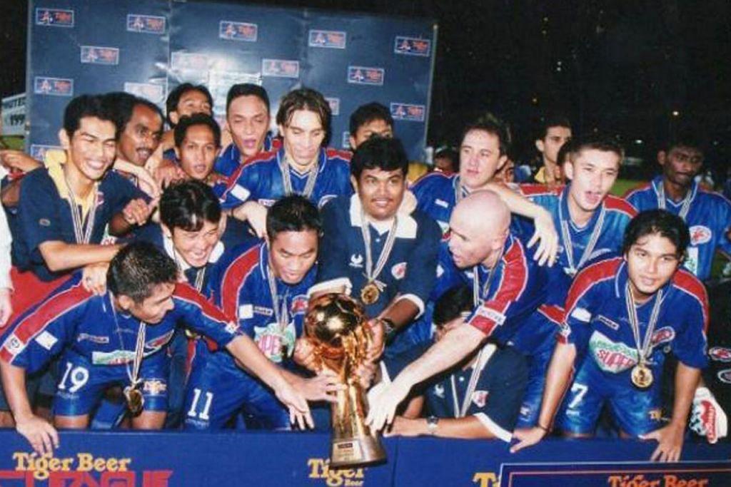 SANG JUARA: Aidil Sharin (paling kanan) serta rakan sepasukan meraikan kejayaan Home United muncul juara Liga-S (kini dikenali sebagai Liga Perdana Singapura) pada 1999. - Foto fail.