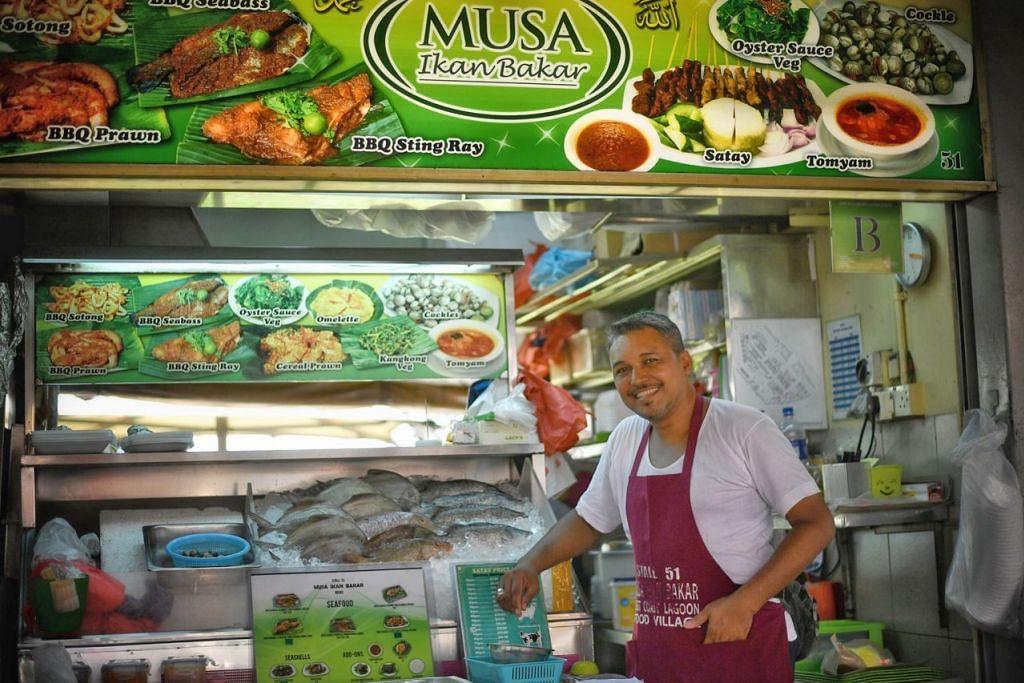MASIH BERTAHAN: Meskipun sudah 30 tahun dalam perniagaan ikan bakar, Encik Zaidi Uttu masih lagi memastikan mutu bahan yang digunakan dalam masakannya sentiasa terjaga demi menjamin keenakan sajiannya itu. - Foto BH oleh ARIFFIN JAMAR