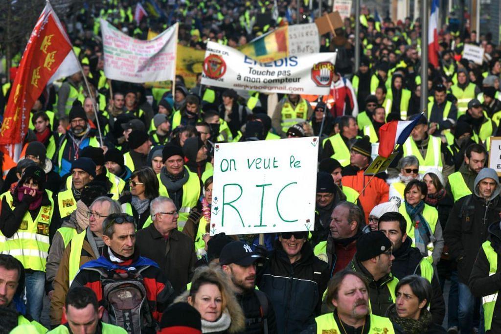 MAHUKAN PUNGUTUAN SUARA: Penunjuk perasaan memegang sepanduk dengan kata-kata 'Kami mahu RIC' (Referendum Inisiatif Warga) di Belfort, timur Perancis timur, semasa demonstrasi antipemerintah pergerakan Ves Kuning pada 19 Januari 2019. - Foto AFP