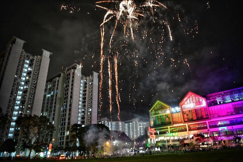 Semarak majlis pelancaran WGS - GAH: Wisma Geylang Serai dirasmi lengkap dengan pertunjukan bunga api yang menghiasi langit berdekatan bangunan tersebut. - Foto BH oleh ARIFFIN JAMAR