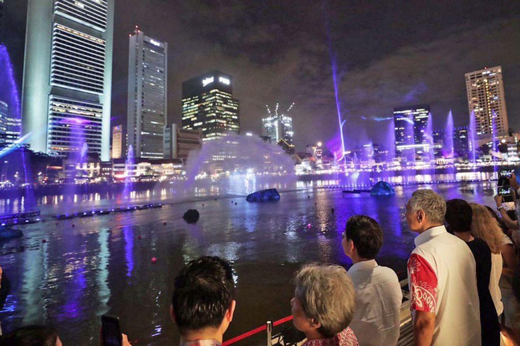 SAKSI PELANCARAN: Perdana Menteri Lee Hsien Loong (empat dari kiri) sewaktu majlis pelancaran Bicentennial Singapura di Muzium Tamadun Asia (ACM) semalam. - Foto BH oleh KELVIN CHNG