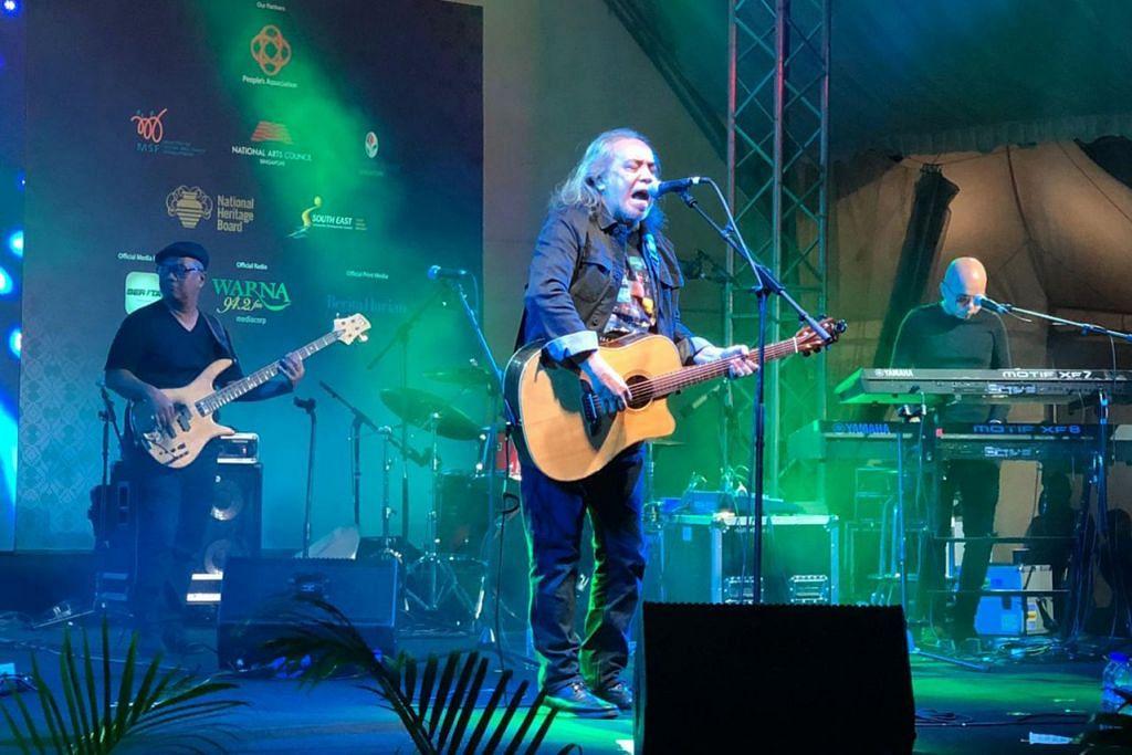 'PAPA ROCK': Pengunjung berpeluang menikmati dendangan lagu dari 'Papa Rock' Ramli Sarip di konsert percuma yang diadakan di Wisma Geylang Serai Sabtu lalu. - Foto WGS