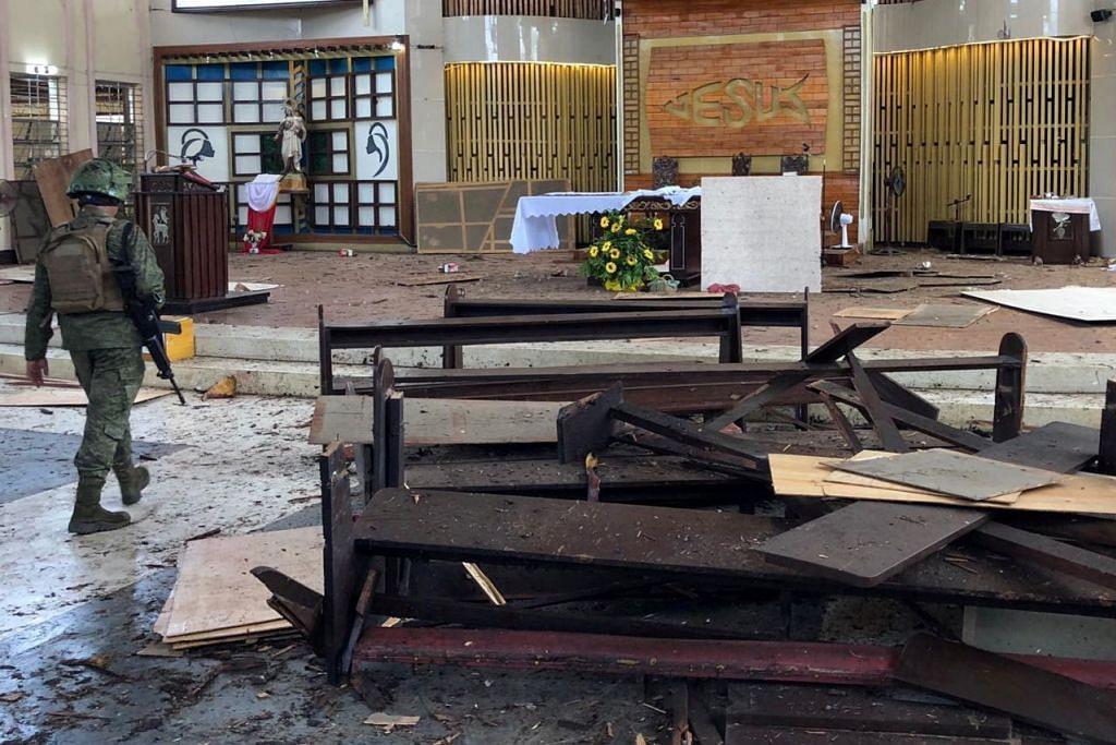 KEMUSNAHAN DALAM BANGUNAN: Seorang askar sedang memeriksa kawasan dalaman gereja selepas serangan bom berdarah yang mengorbankan sekurang-kurangnya 20 orang.  - Foto REUTERS