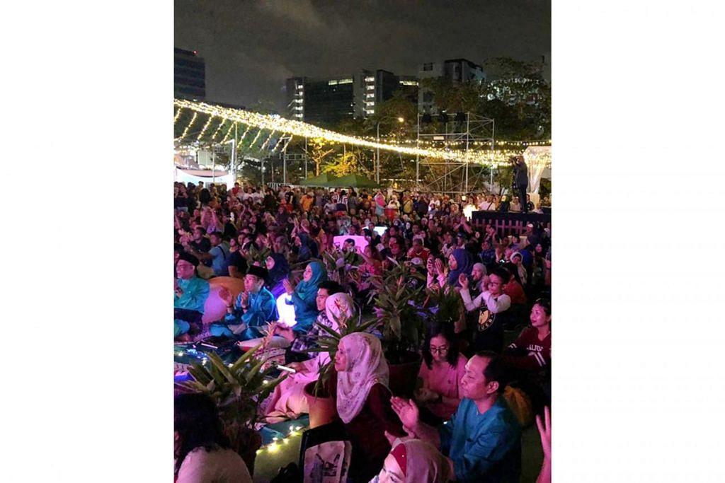 TIDAK LEPASKAN PELUANG: Sekitar 10,000 orang memenuhi ruang di hadapan Wisma Geylang Serai untuk menyaksikan persembahan Ramli Sarip. - Foto WGS