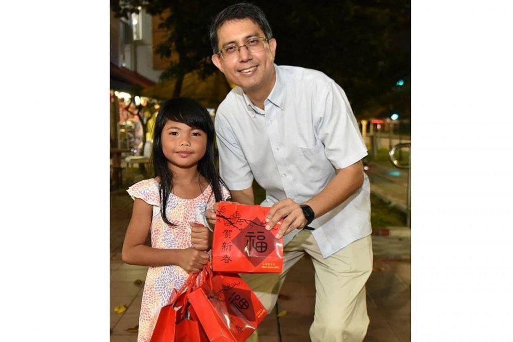 INGIN MENYUMBANG: Dr Faishal bergambar bersama Nur Dayana yang telah ikut serta dalam kegiatan mengagihkan buah oren kepada penduduk Nee Soon Central baru-baru ini sempena musim perayaan Tahun Baru Cina. - Foto FACEBOOK MOHAMMAD FAISHAL IBRAHIM