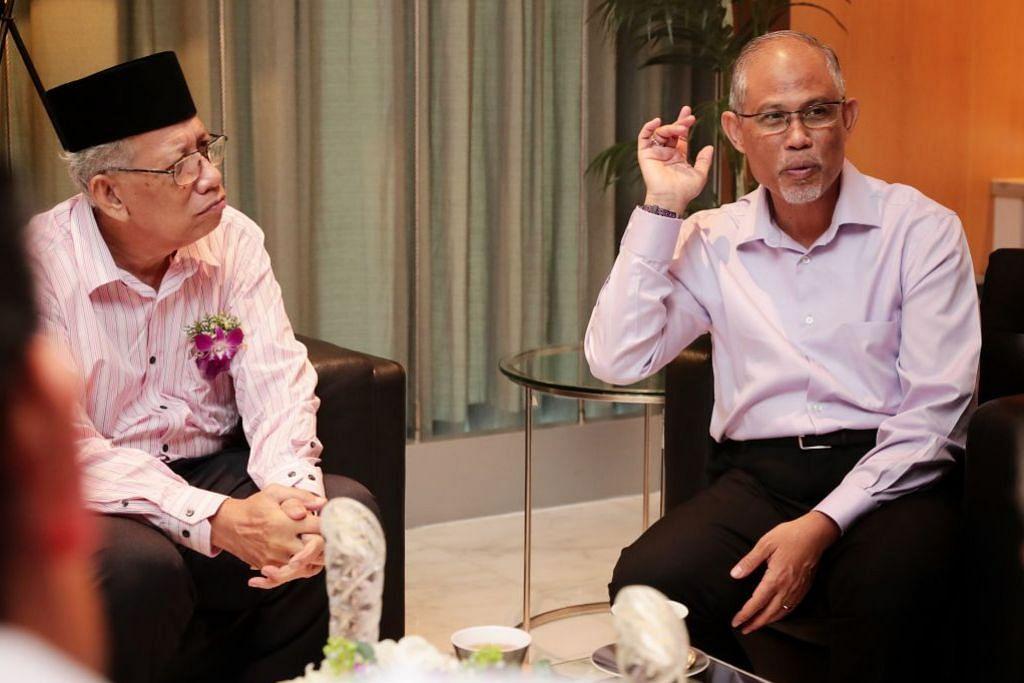 IKTIRAF SUMBANGAN: Tetamu terhormat, Menteri Bertanggungjawab bagi Ehwal Masyarakat Islam Encik Masagos Zulkifli Masagos Mohamad, (kanan) berbual-bual dengan Encik Ma'mun selepas acara penyampaian anugerah.