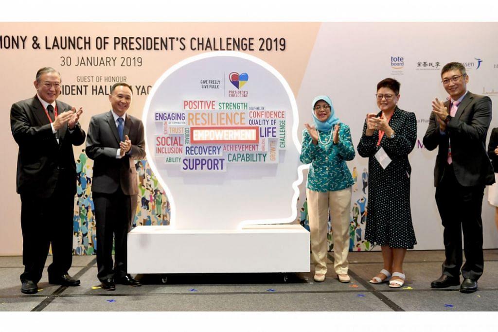 CABARAN PRESIDEN 2019 DILANCAR: Presiden Halimah Yacob (tengah) melancarkan Cabaran Presiden 2019 di Max Atria semalam. Bersama beliau adalah (dari kiri) Pengerusi AIC, Encik Gerard Ee; Ketua Pegawai Eksekutif Institut Kesihatan Mental (IMH), Profesor Chua Hong Choon; dan (dari kanan) Ketua Pegawai Eksekutif Lembaga Penggalakan Kesihatan (HPB), Encik Zee Yoong Kang; serta Presiden Majlis Khidmat Sosial Kebangsaan (NCSS), Cik Anita Fam. - Foto BH oleh KHALID BABA