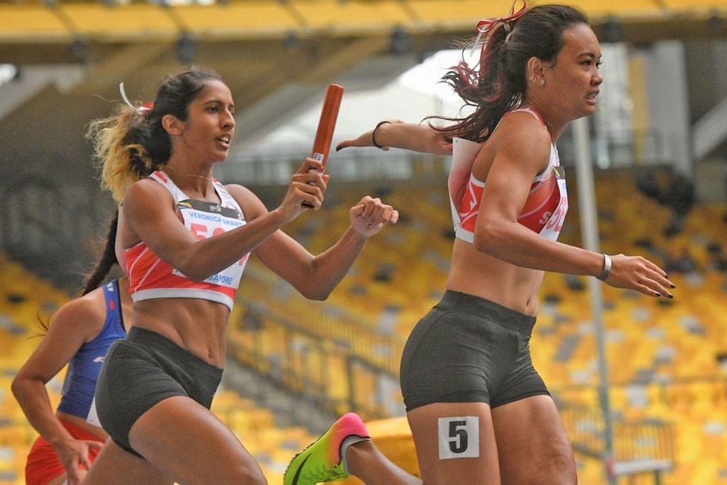 CIPTA REKOD: Shanti Pereira (kiri) memberi baton kepada Nur Izlyn Zaini semasa peringkat akhir acara lari berganti-ganti 4x100m Sukan SEA, di mana mereka dapat mencatat rekod Singapura dengan masa 44.96 saat bersama Wendy Enn dan Dipna Lim Prasad. - Foto fail