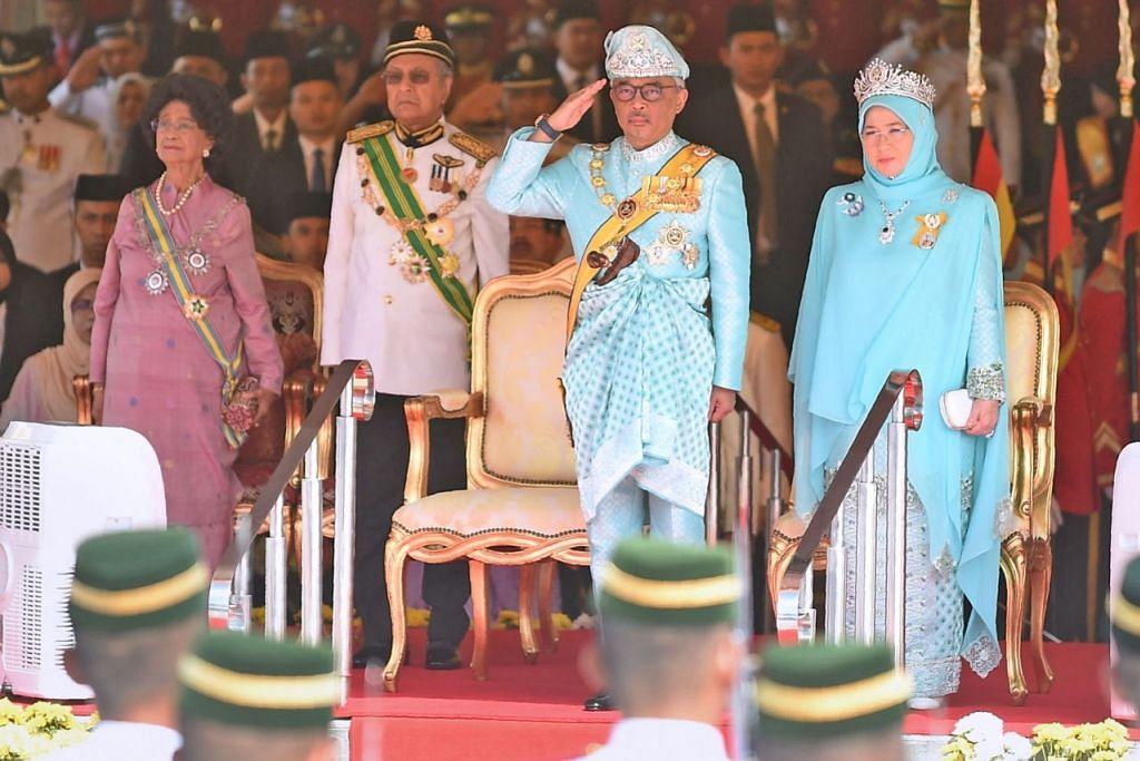 UPACARA PENUH ISTIADAT: Sultan Abdullah, yang diiringi isteri beliau, Tunku Azizah, memberi tabik semasa menerima Kawalan Kehormatan Darjat ketika istiadat keberangkatan tiba di Dataran Parlimen semalam. Di kiri ialah Perdana Menteri Malaysia, Tun Dr Mahathir Mohamad, berserta isterinya, Tun Dr Siti Hasmah Mohamad. - Foto AFP