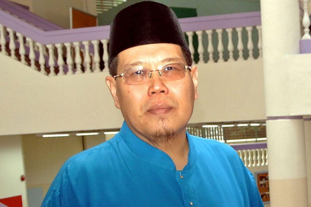 JASA DIHARGAI: Anugerah anumerta turut diberikan kepada bekas mudir Madrasah Wak Tanjong, Allahyarham Ustaz Mohd Abdul Halim (atas). - Foto fail