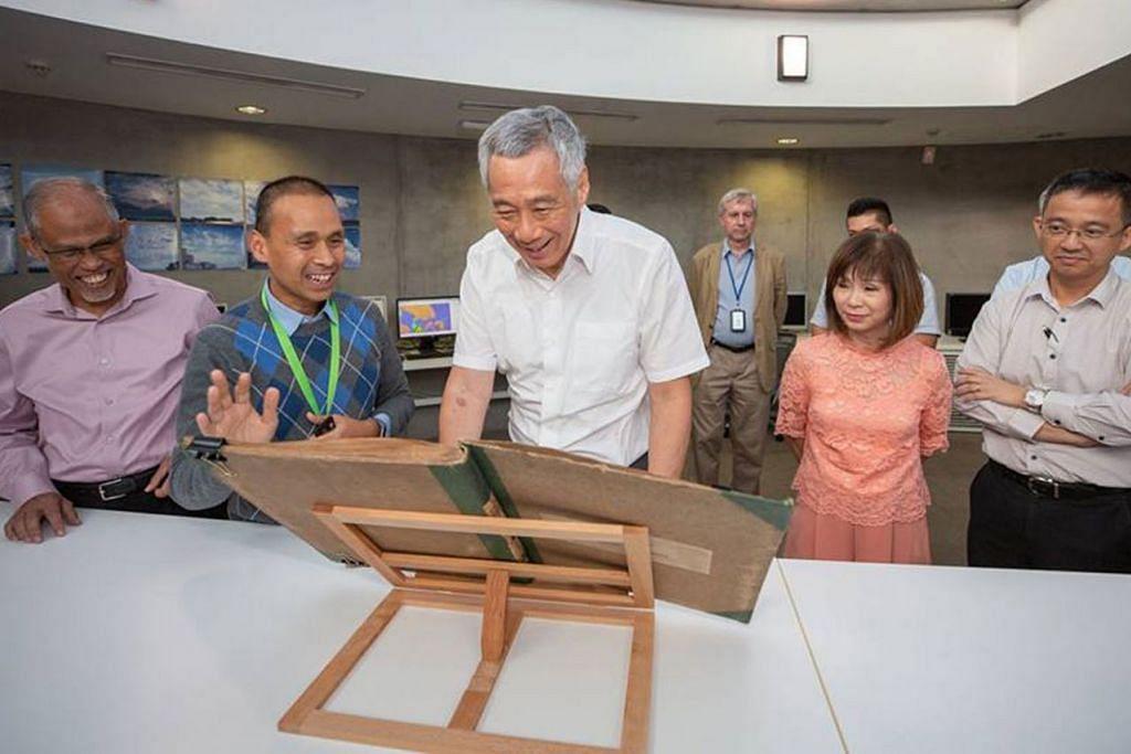BUAT TINJAUAN: Perdana Menteri Lee Hsien Loong (tengah) semasa melawat Pusat Penyelidikan Iklim Singapura. Bersamanya ialah Menteri Sekitaran dan Sumber Air, Encik Masagos Zulkifli Masagos Mohamad (paling kiri) dan Menteri Negara Kanan (Sekitaran dan Sumber Air merangkap Kesihatan), Dr Amy Khor (dua dari kanan) . - Foto FACEBOOK MASAGOS ZULKIFLI
