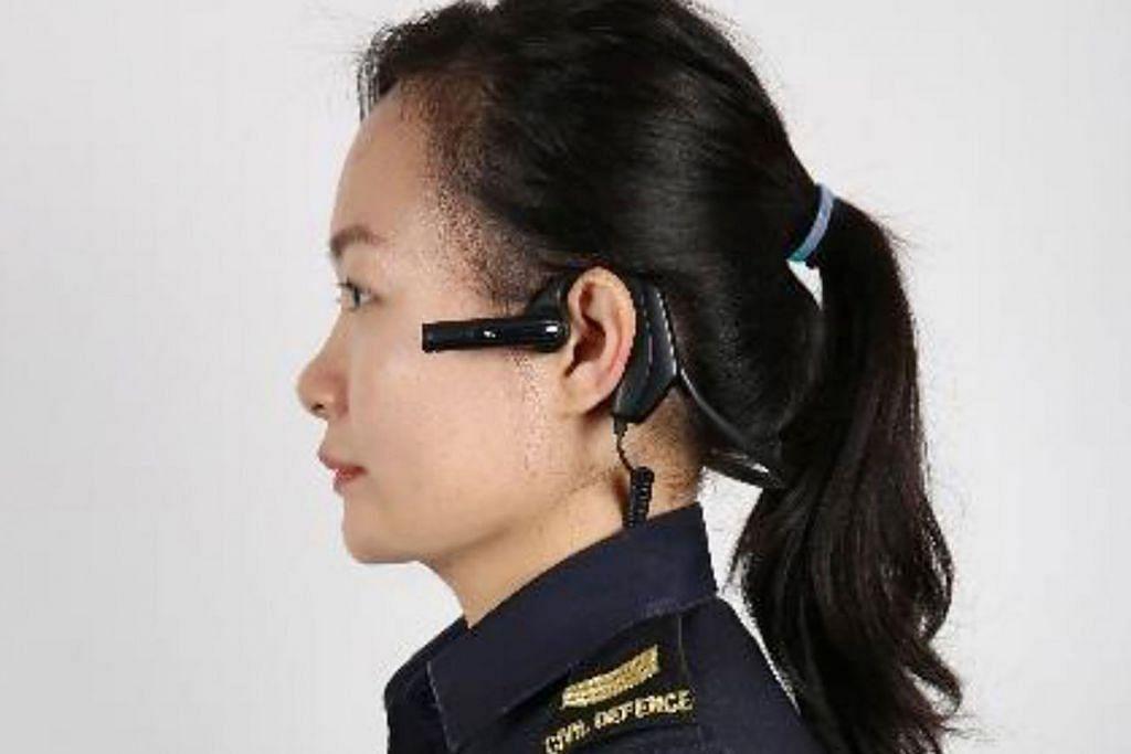 TEKNOLOGI: Kamera di badan yang merupakan alat padat yang dipasang di telinga akan diperkenal secara progresif kepada semua paramedik SCDF menjelang tahun depan. - Foto SCDF