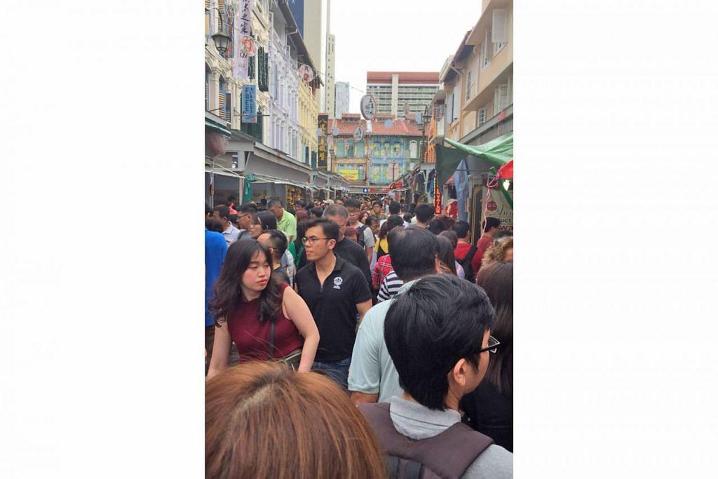 BELI-BELAH SAAT AKHIR: Kawasan Chinatown sesak seawal tengah hari semalam dengan ramai membeli-belah pada saat-saat akhir menjelang Tahun Baru Cina esok. - Foto NUR FATHIN AWALLUDIN