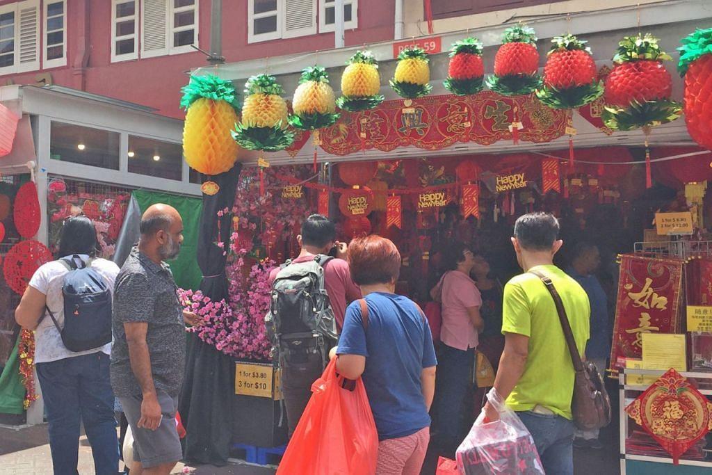 BUKAN ORANG CINA SAHAJA: Ramai pengunjung berbilang bangsa dan kerakyatan telah ke kawasan Chinatown untuk 'mencuci mata' dan membeli-belah pelbagai barangan yang dijual. - Foto NUR FATHIN AWALLUDIN