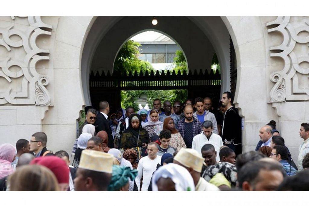 MUSLIM DI PERANCIS: Para jemaah meninggalkan masjid Grande de Paris selepas solat Jumaat. Menurut penulis, disebabkan kekurangan sekolah teologinya sendiri, Perancis mengutamakan imigresen yang 'ditapis' - ia membawa masuk imam dari luar negara, kebanyakannya dari negara asal masyarakat imigren, sama ada untuk jangka panjang atau hanya untuk tempoh Ramadan. - Foto AFP