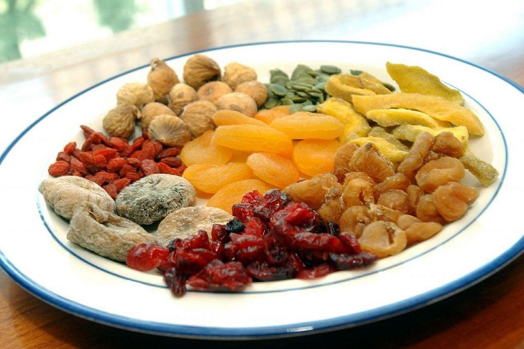 MAKAN SEKALI HENDAK LAGI: Sedap dan manis, buah-buahan kering selalunya tidak dapat memuaskan keinginan dan penggemar akan menambah lagi. - Foto fail