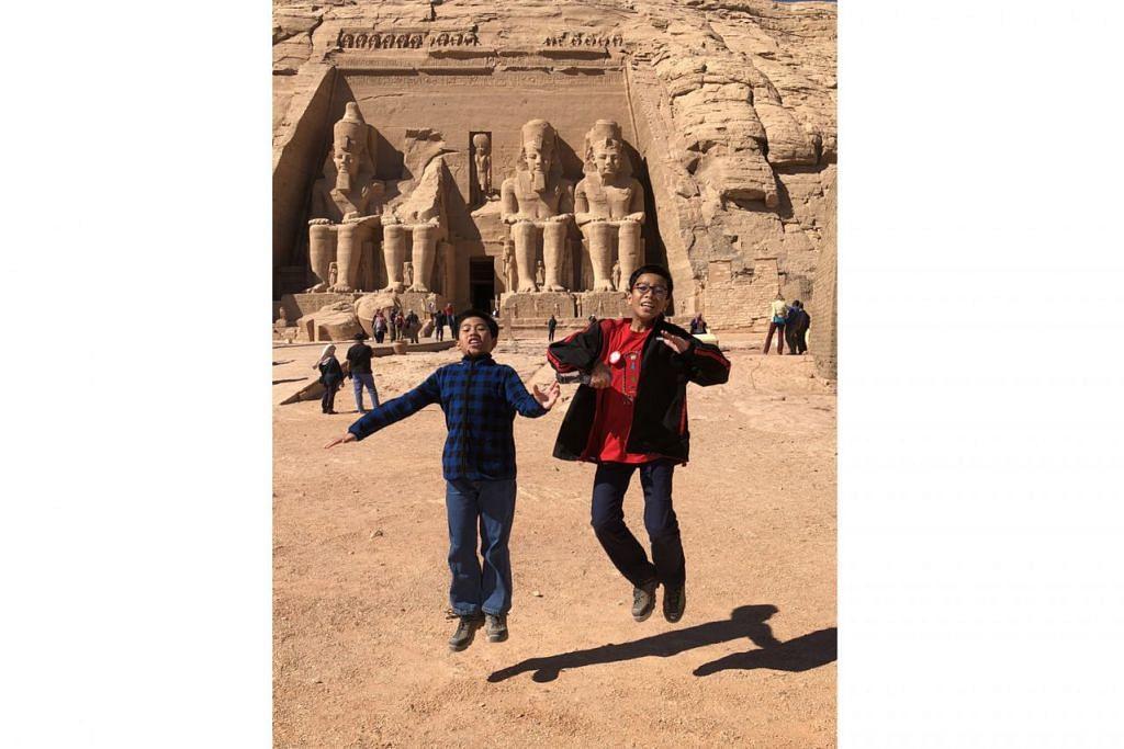 JEJAK SEJARAH: Anak saudara penulis, Muhammad Imrawn Zaid (kiri) dan Muhammad Ammar, di hadapan struktur bersejarah, Kuil Abu Simbel, yang dibina Raja Ramses II pada tahun 1274 Sebelum Masihi. - Foto BH oleh HARYANI ISMAIL