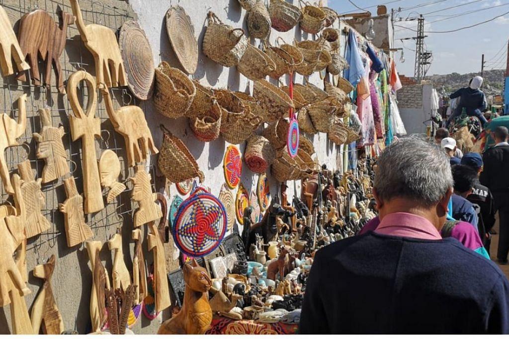 SUMBER PENDAPATAN PENDUDUK DESA: Kraftangan dijual di lorong sempit Perkampungan Nubian sebagai satu sumber pencarian penduduk kampung tersebut. - Foto oleh NORZANA ISMAIL