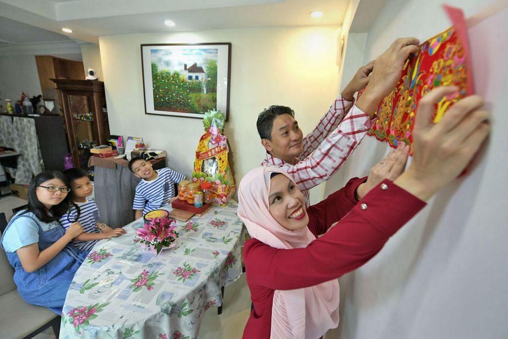 HIDUPKAN TRADISI: (Dari kanan) Cik Aisyah Quek bersama suaminya, Encik Nouman Chin, dan anak-anak mereka (dari kiri) Amelia Chin, Zaki Chin dan Ryan Chin membuat persiapan bagi Tahun Baru Cina. - Foto BH oleh NG SOR LUAN