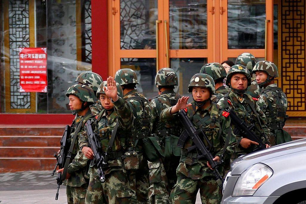 ISU KESELAMATAN: Foto fail yang diambil pada 2014 menunjukkan pasukan keselamatan mengawal kawasan menyusuli serangan letupan di pusat bandar Urumqi Daerah Autonomi Uighur, Xinjiang. - Foto REUTERS