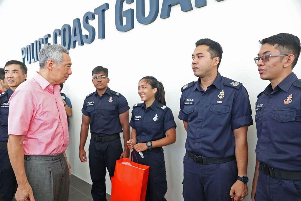 TERIMA KASIH DARI PEMIMPIN NEGARA: Perdana Menteri Lee Hsien Loong mengucapkan terima kasih kepada pegawai Polis Pengawal Pantai (PCG) atas dedikasi dan pengorbanan mereka terus bertugas di musim perayaan demi memastikan negara tetap aman dan selamat. - Foto MCI