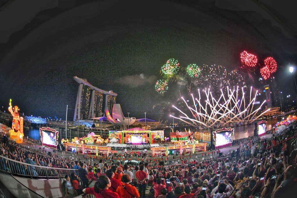 LEBIH GAH: River Hongbao antara acara utama usaha memperingati 200 tahun Singapura, Bicentennial Singapura, tahun ini. Pertunjukan bunga api berlangsung di Pentas Terapung Marina Bay. - Foto BH oleh ARIFFIN JAMAR