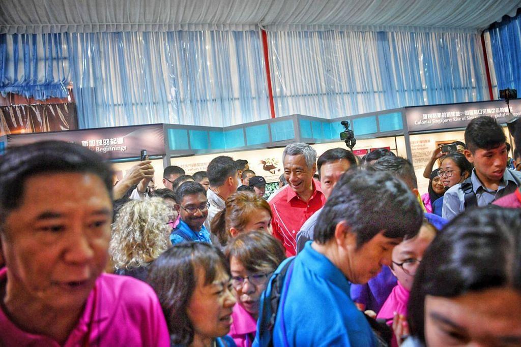 BERSAMA WARGA: Perdana Menteri Lee Hsien Loong menghadiri pelancaran River Hongbao Ahad lalu. - Foto BH oleh ARIFFIN JAMAR