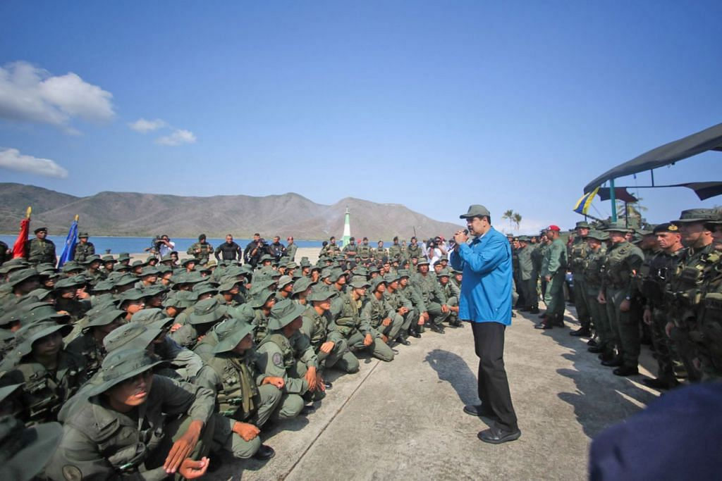 DEKATI PASUKAN TENTERA: Presiden Venezuela Nicolas Maduro menggalak tentera agar 'bersatu' dan 'setia' kepada angkatan di Turiamo, Venezuela, kelmarin. Berkenaan krisis di negara tersebut, Presiden Amerika Donald Trump menolak kepimpinan Encik Maduro. - Foto EPA-EFE