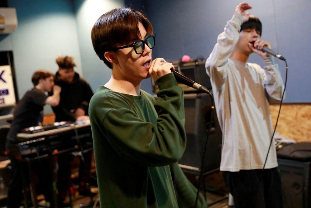 MENENTANG MELALUI MUZIK: Kumpulan Rap Against Dictatorship ini bersuara menentang pemerintahan tentera Thailand melalui muzik mereka. - Foto Reuters